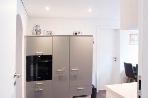 Eine helle Spanndecke eignet sich optimal für niedrige Räume.