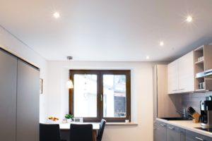 Eine Spanndecke in einer hellen Farbe eignet sich optimal für niedrige Räume.