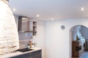 Die antistatische Oberfläche der Spanndecke ist optimal auch über dem Kochbereich.